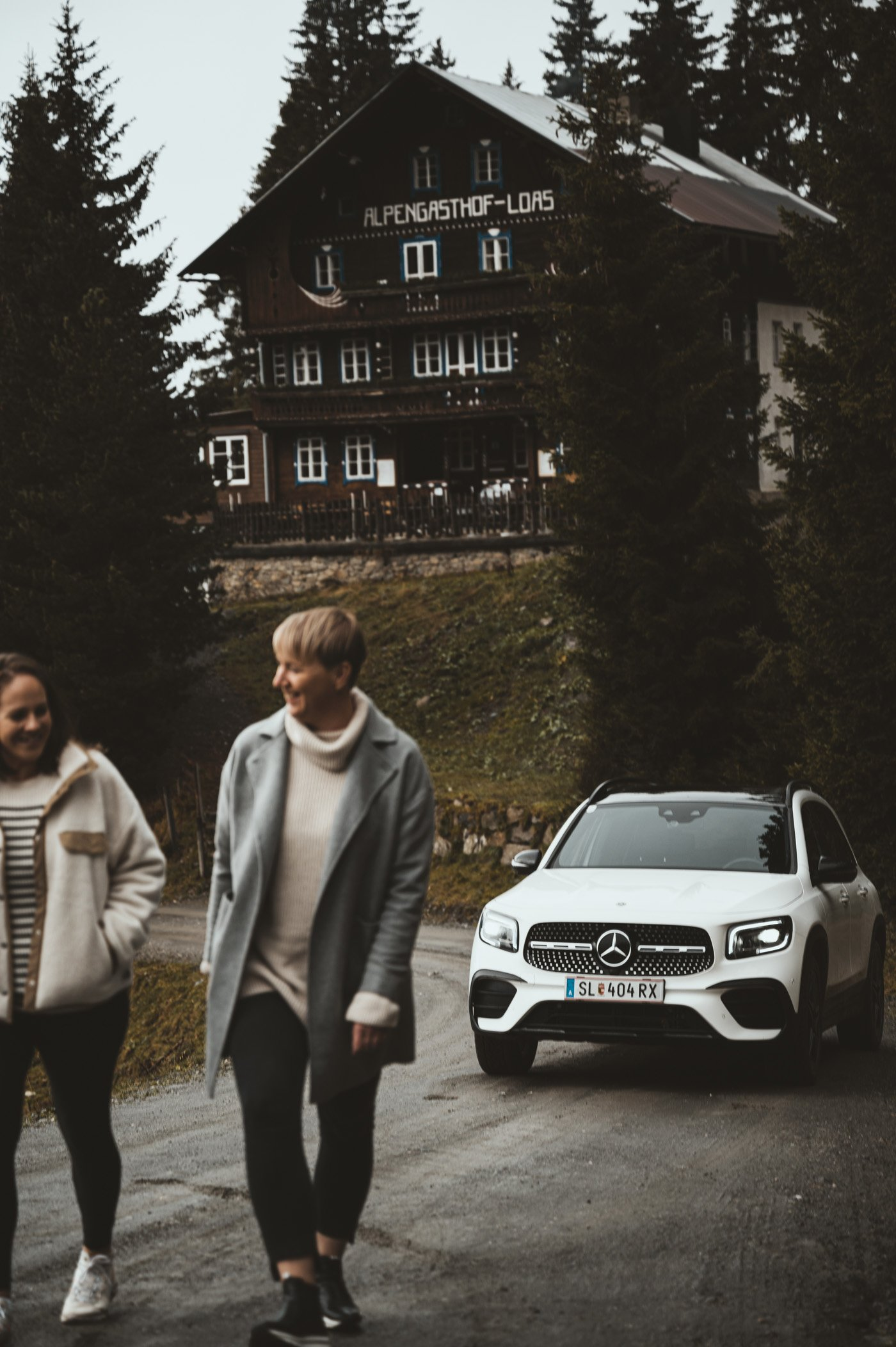 Female Travel Bloggers road trip with Mercedes-Benz GLB 250 at Loassattel
